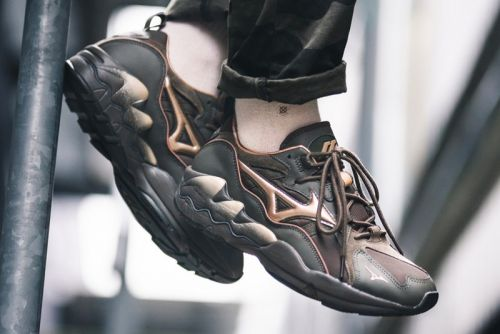"Mizuno Gives the Wave Rider 1 Tech an Earthy ""Forest Night"" Makeover"