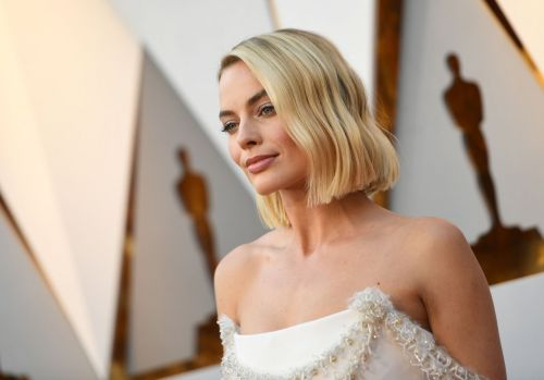 Margot Robbie Sews Her Own Oscars Dress After Strap Breaks