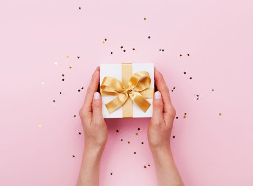 How Much Shoud You *Really* Spend on a Wedding Gift?