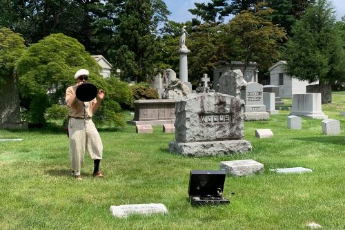 Quirky tours showcase jazz greats, other stars at Woodlawn Cemetery